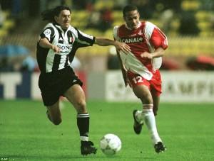 O moleque Henry tenta superar marcação da Juve em 1998: prevaleceu o time italiano, que tinha Zidane e Del Piero em ótimas fases