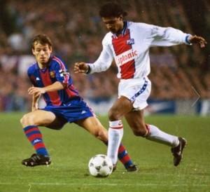 Valdo com a bola contra o Barça em 1995: o meia brasileiro era outro destaque aquele PSG