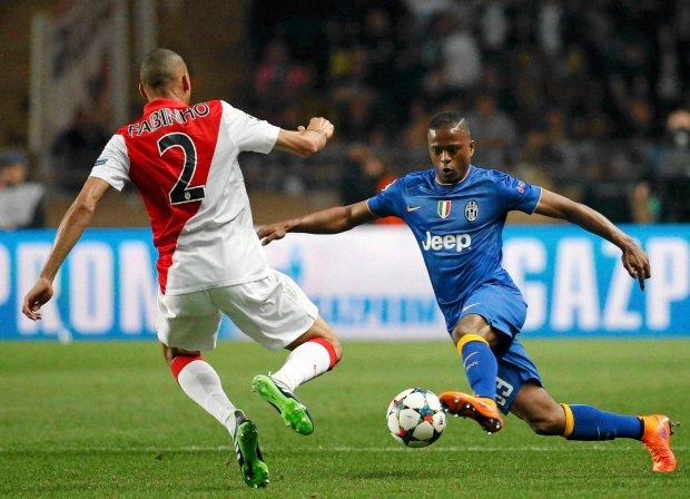 O brasileiro Fabinho divide com o francês Evra ontem no estádio Louis II