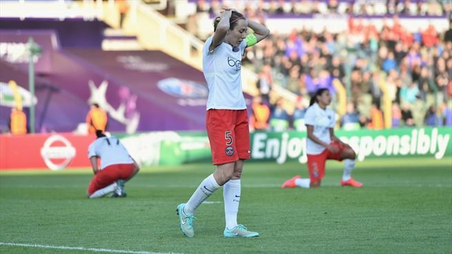 A lamentação das jogadoras, com a capitã Sabrina Delannoy em primeiro plano (Uefa.com)