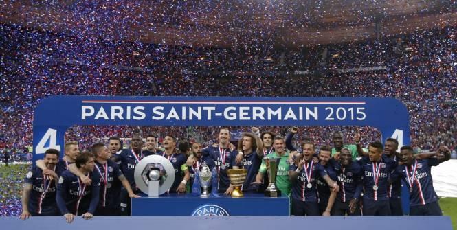 A foto feita neste sábado, reunindo os campeões e as taças que vão pra sede do PSG