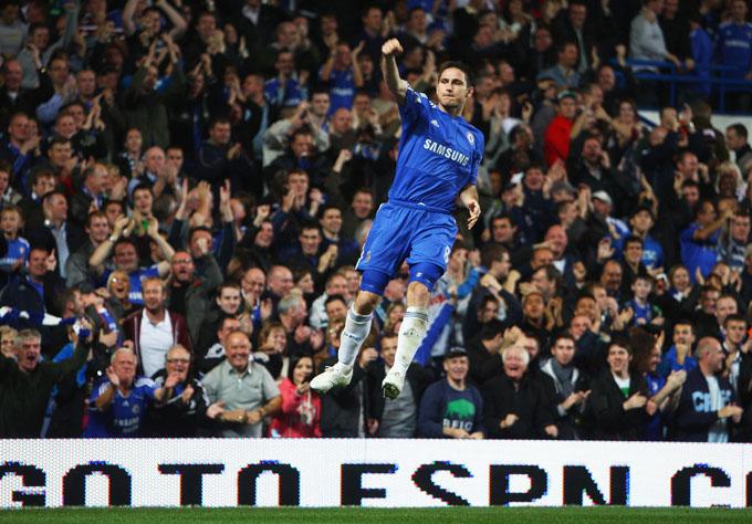 Lampard, para o delírio dos fãs, levita em Stamford Bridge (foto AP)