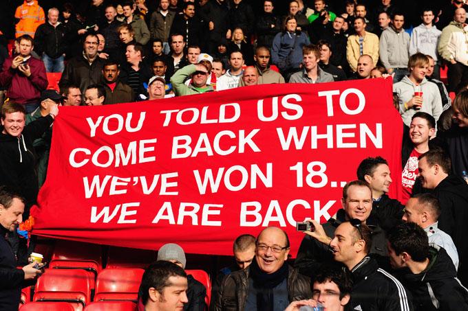 """Torcida do Man United: """"Vocês diziam para a gente voltar quando tivéssemos 18 títulos… Estamos de volta"""". Mas quem riu por último foi o Liverpool."""