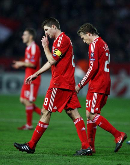 Gerrard e Lucas (Aurélio ao fundo): classificados para a Liga Europa (foto Getty Images)