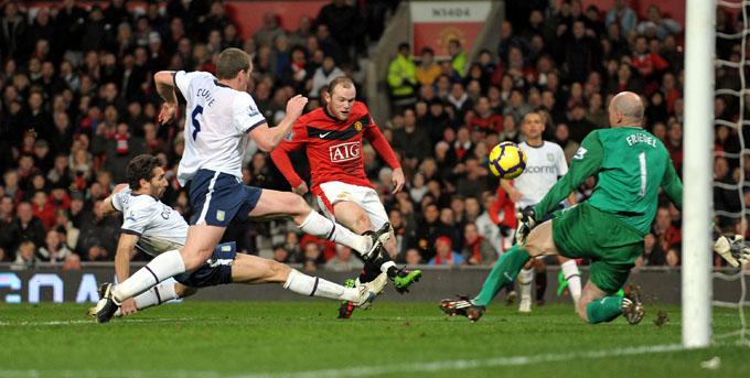 GOLPE DE AZAR: Essa bola de Rooney acertou o travessão (foto AFP)