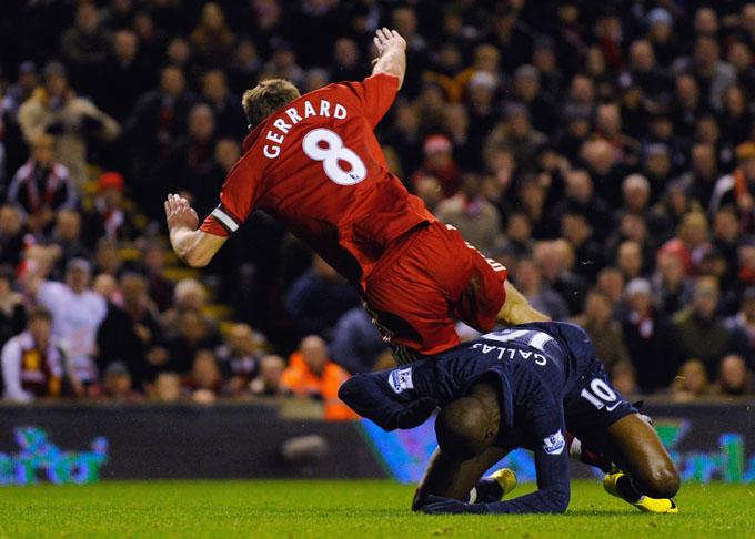 Todo mundo reclamou desse pênalti de Gallas em Gerrard. O inglês já tinha perdido contato com a bola e eu mandaria o lance seguir (foto Getty Images)