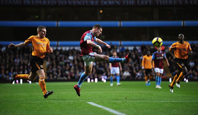 Milner chuta encobrindo o goleiro: assistência do reserva Sidwell (foto Getty Images)