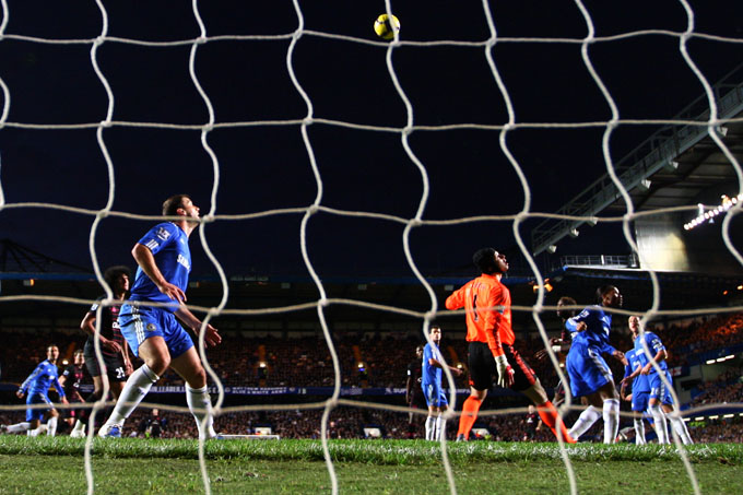 GOLPE DE SORTE: a bola bateu na cabeça de Saha e encobriu Petr Cech empatando a partida (foto Getty Images)