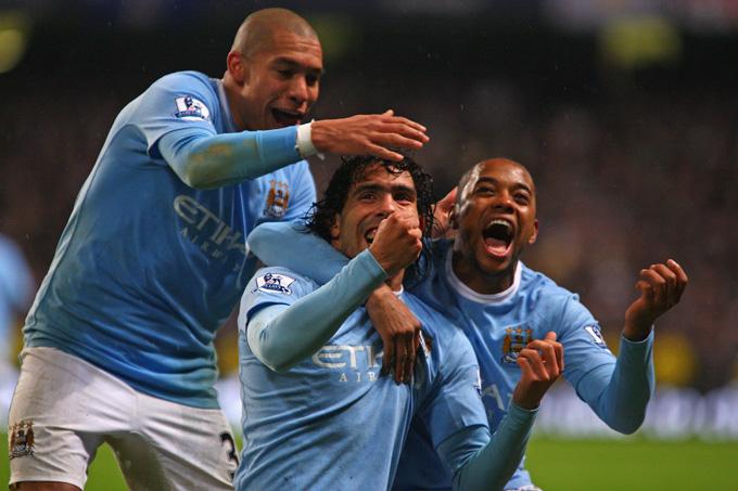 A melhor participação de Robinho no jogo foi na comemoração do gol de Tevez (foto Getty Images)