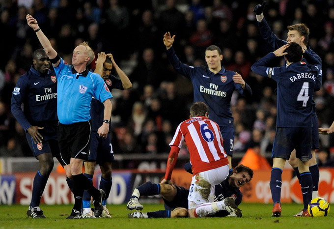 Whelan, do Stoke, tenta acalmar o galês Aaron Ramsey (foto Getty Images)