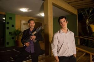 """Chico Diaz, como o antagonista Gomez, e Mateus Solano, na pele do Juiz Vitor, estrelam o filme """"Em nome da Lei"""" (foto: divulgação)"""