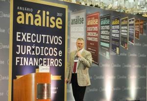 O jornalista Eduardo Oinegue apresentou a trajetória dos dez anos do anuário Executivos Jurídicos e Financeiros. (crédito: Raul Júnior/Análise Editorial)