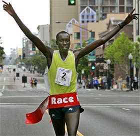 Queniano vence maratona