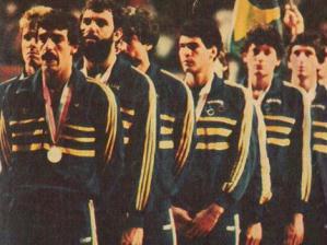 Seleção brasileira com a prata no pódio nas Olimpíadas de Los Angeles 1984