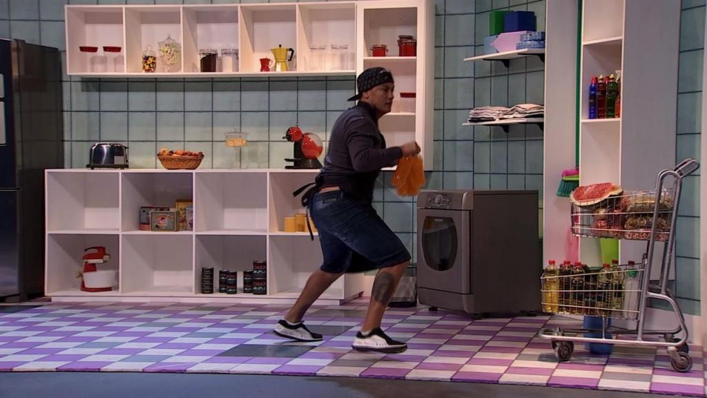Programa colocou homens para guardar alimentos na despensa