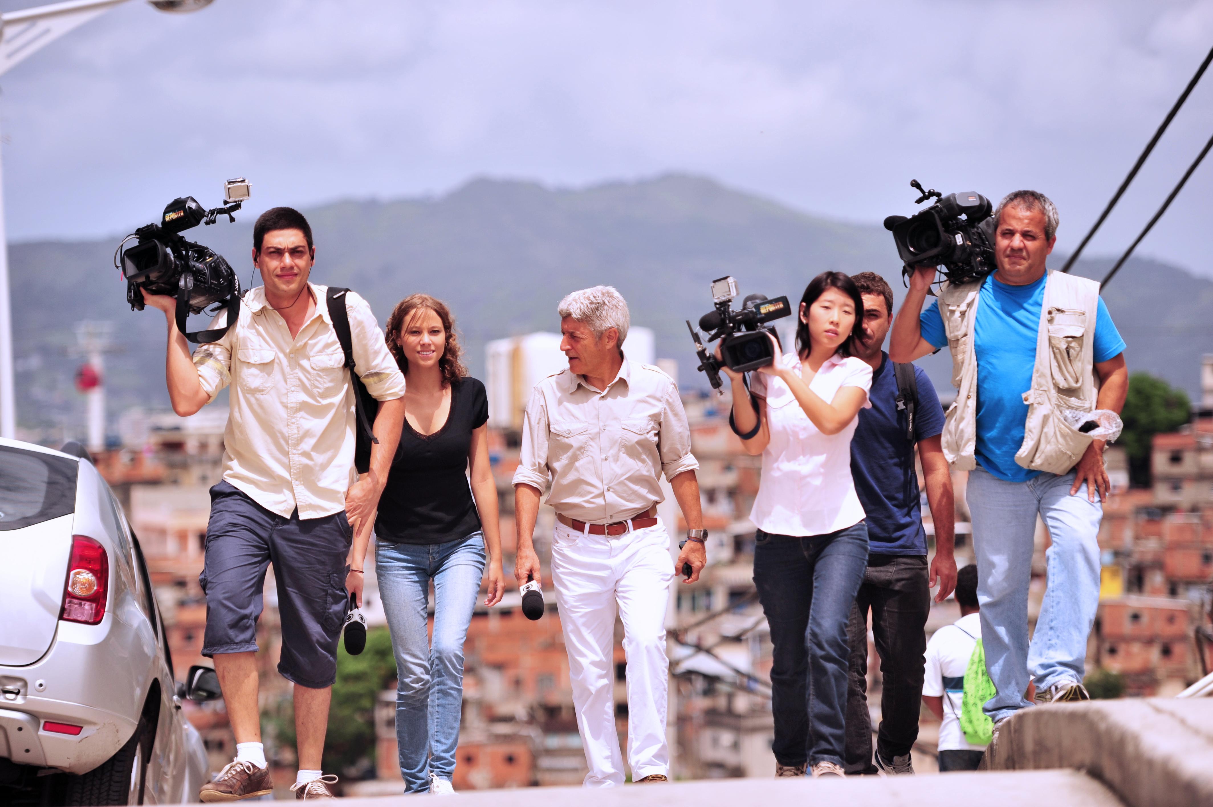 Caco Barcellos e sua equipe de jornalistas no Complexo do Alemão, em 2013