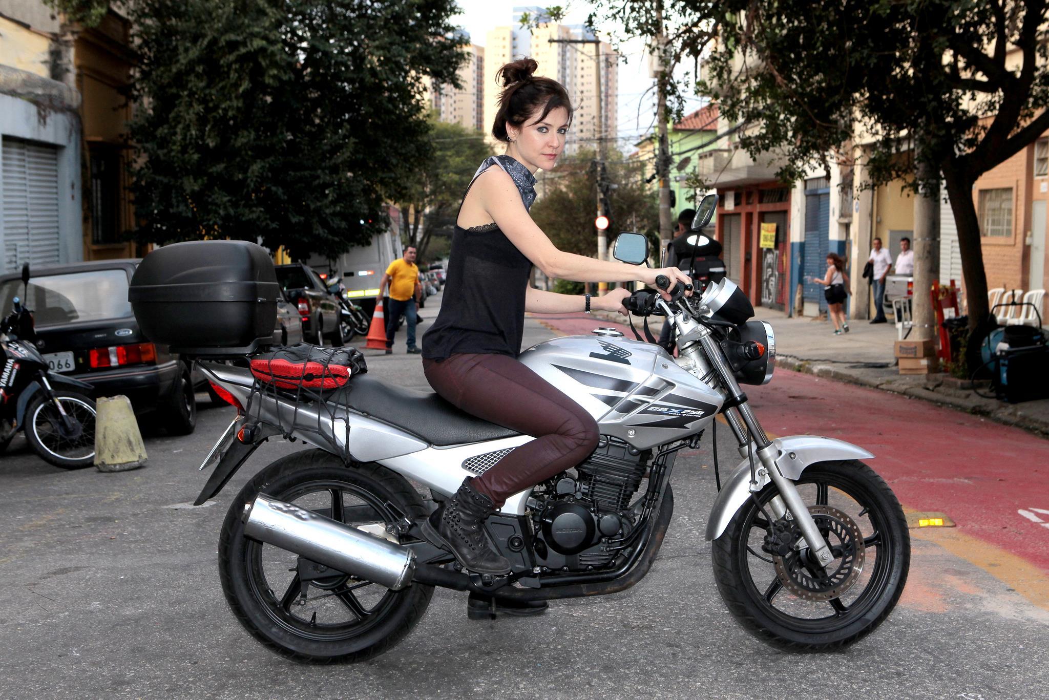 Chris Ubach vive a protagonista de 'A Garota da Moto' (Foto: Lourival Ribeiro/SBT)