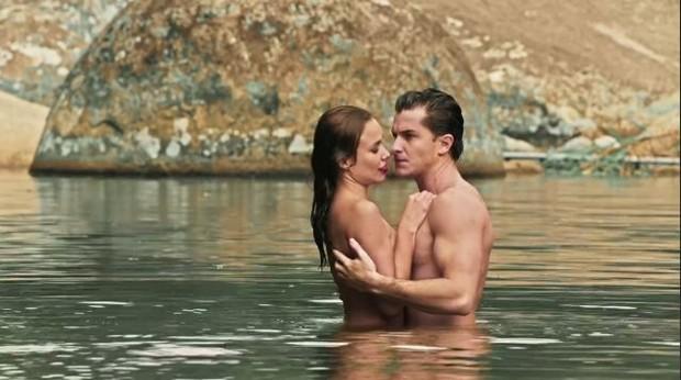 """Sarita e Romeu tomando banho de rio nus em """"Êta Mundo Bom"""""""