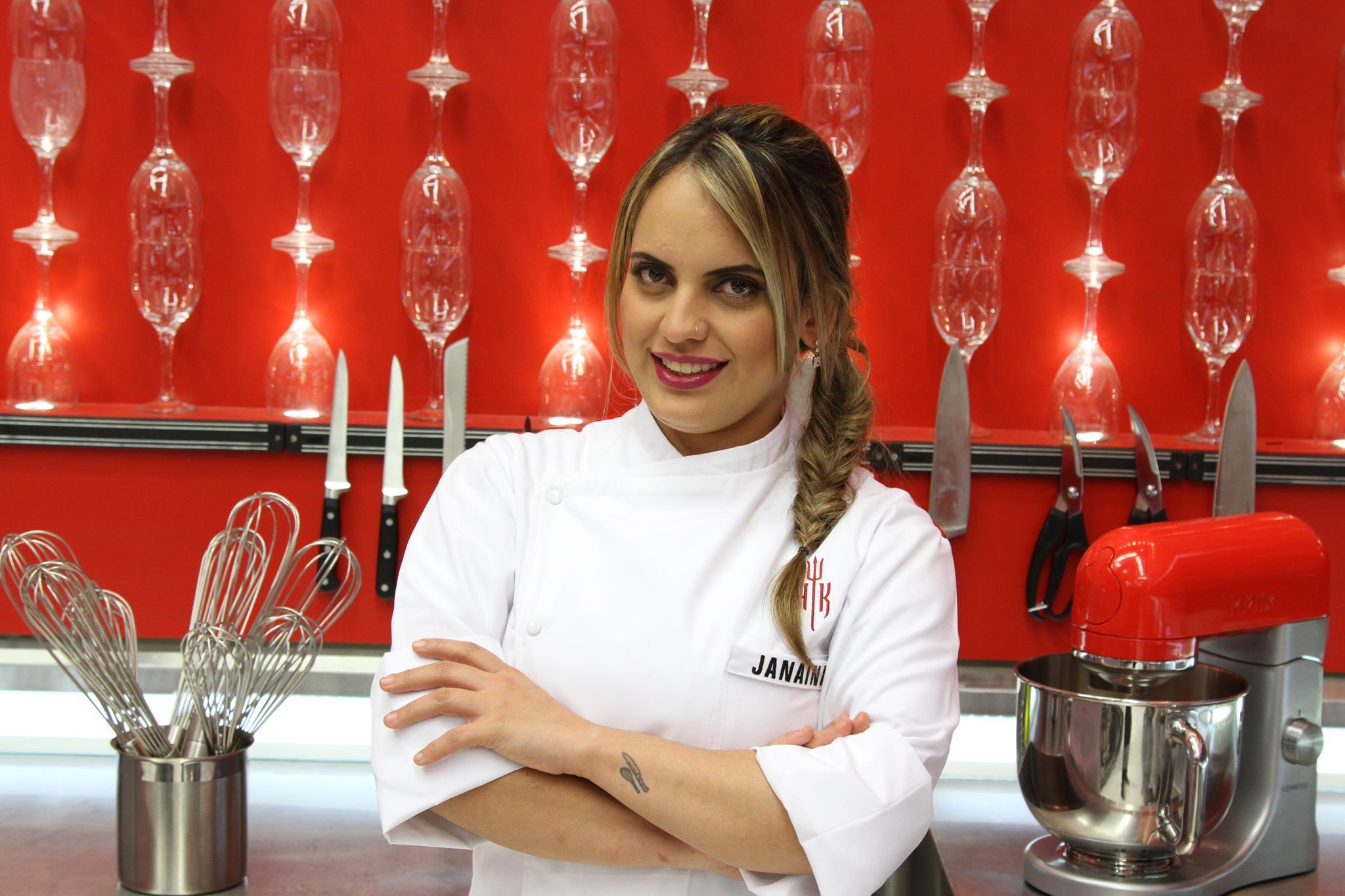 A mineira Janaina trabalhou em vários restaurantes renomados de Belo Horizonte e diz saber enfrentar grupos de homens que a veem com preconceito por ser mulher. É formada em gastronomia e técnica de alimentos e nutrição