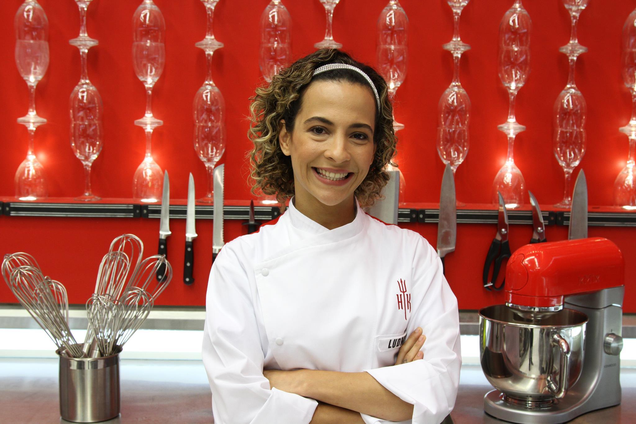 A carioca Ludmyla começou a trabalhar com gastronomia aos 15 anos, quando era auxiliar de confeitaria. Fez curso técnico de nutrição, faculdade de gastronomia, onde vendia sanduíches naturais nos corredores e, atualmente, é professora em uma universidade gastronômica.