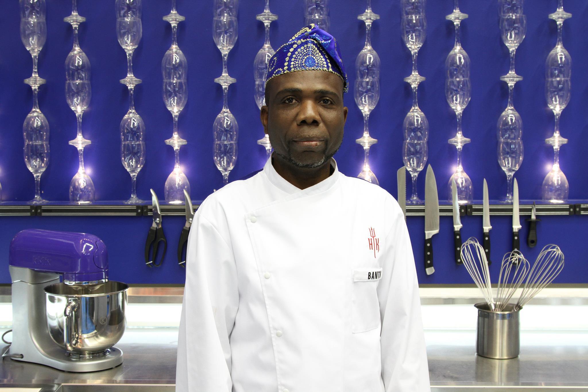 Bantu é angolano e chegou no Brasil há 26 anos. Deu aula de história e geografia, montou um restaurante de comida africana mas hoje trabalha em uma barraca. Já venceu um programa culinário na Bélgica, concorrendo com 185 chefs (Gabriel Gabe/SBT)