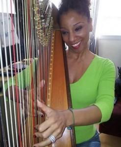A atriz aprendeu a tocar harpa para a personagem (Reprodução/Instagram)