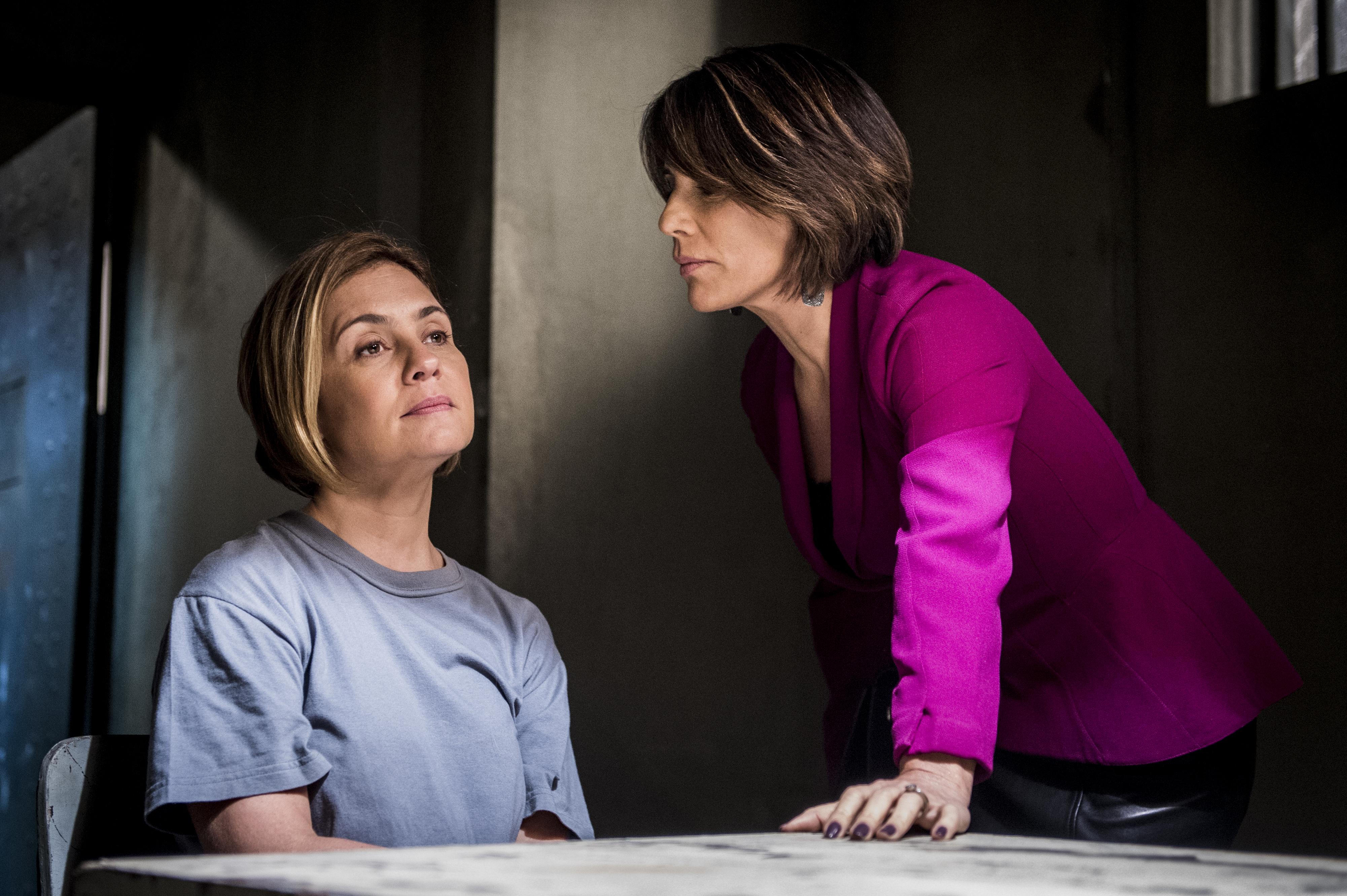 Beatriz ( Glória Pires ) diante de Inês ( Adriana Esteves ) na prisão