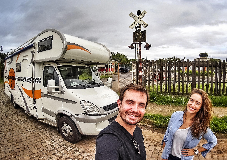 Max Fercondini e Amanda Richter a bordo do motorhome (Fotos: Divulgação/Globo)