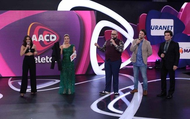 Anitta, Eliana, Tiago Abravanel, Marcelo Serrado e Daniel no palco do Teleton (Divulgação/SBT)