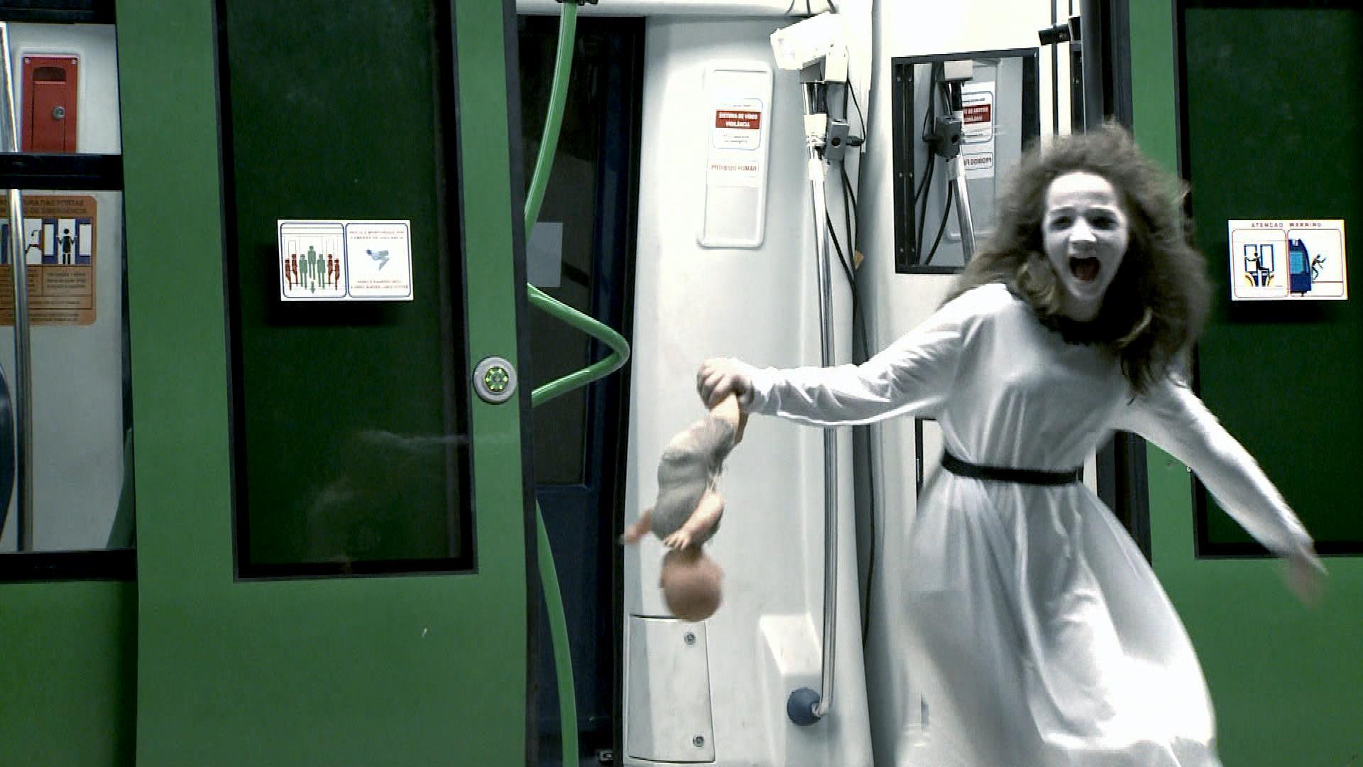 """A """"Menina Fantasma"""" aterrorizando passageiros no metrô, no ano passado (Fotos Divulgação/SBT)"""