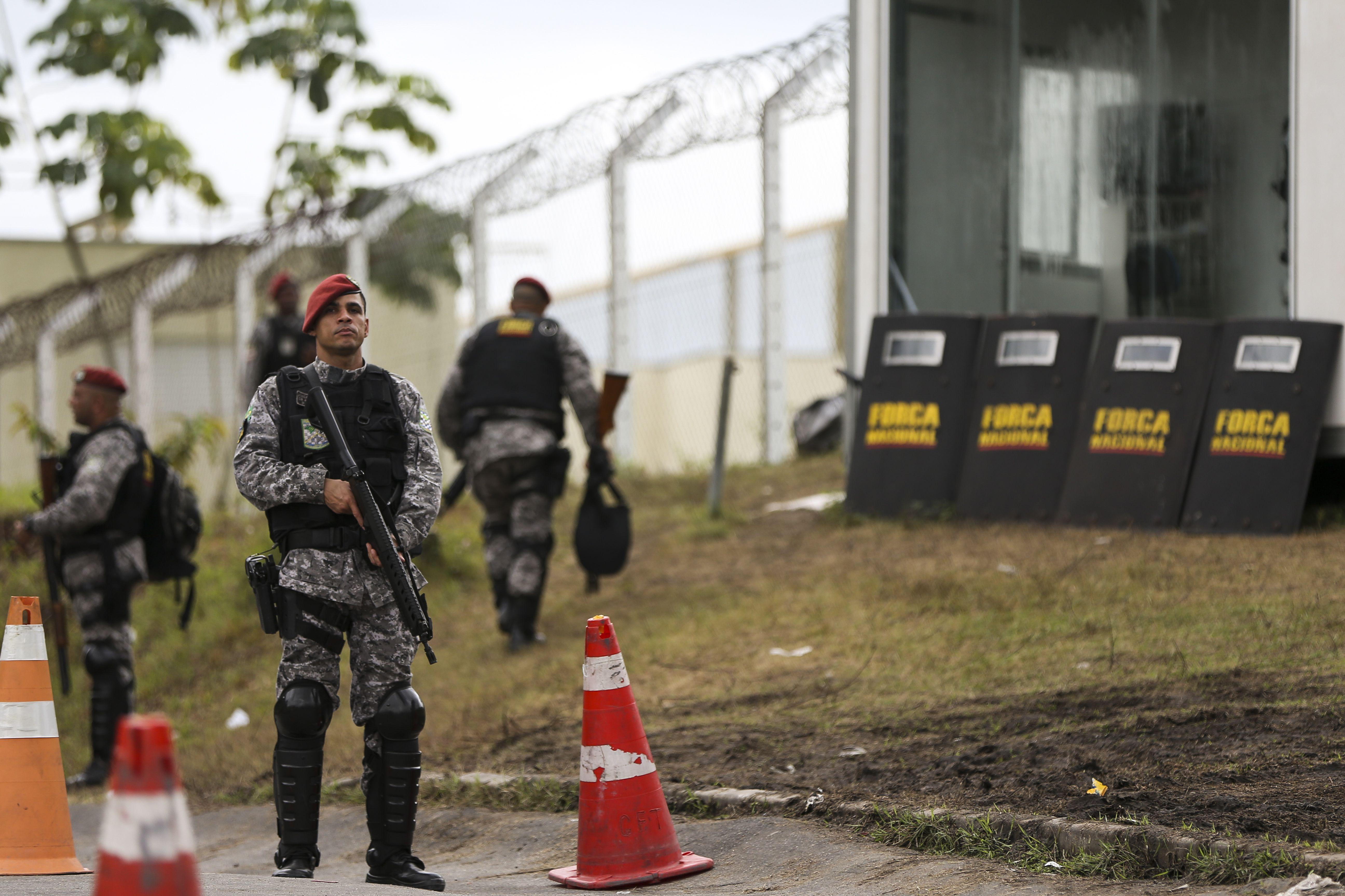 Agentes da Força Nacional no acesso ao Complexo Penitenciário Anísio Jobim (Compaj), em Manaus. (Marcelo Camargo/Agência Brasil)