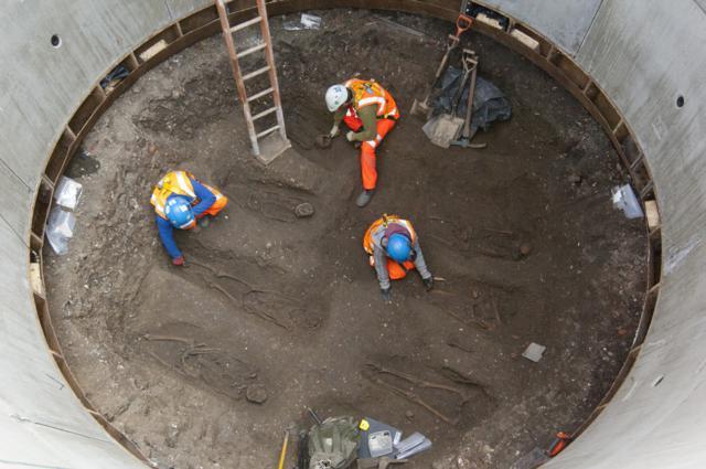 Um túnel sob Londres acabou parando quando descobriram um cemitério medieval.