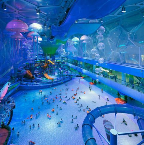Estádio Olímpico da China transformado em um parque aquático indoor.
