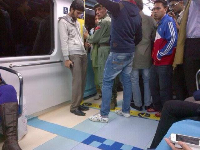 Homens de um lado e mulheres de outro, no metrô de Dubai.