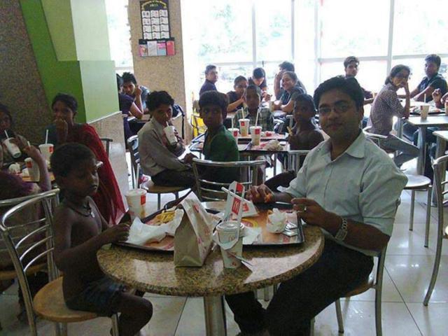 Este rapaz levou algumas crianças carentes ao McDonalds com seu primeiro salário.