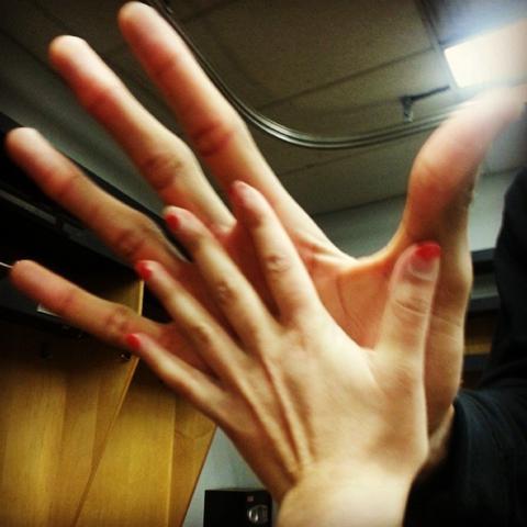 Repórter comparando o tamanho da sua mão com a do jogador da NBA Giannis Antetokounmpo.
