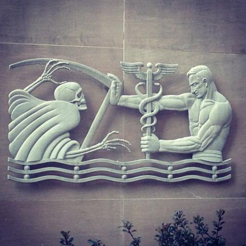 Escultura exposta em hospital