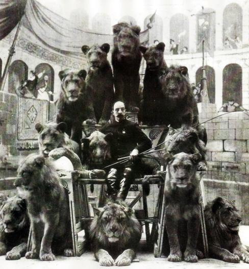 Domador de leões de circo russo posando com alguns dos seus animais, em 1905