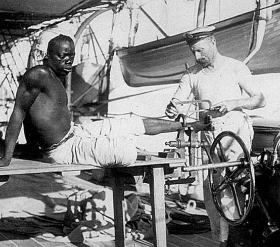 Marinheiro britânico remove os grilhões de um escravo, em 1907