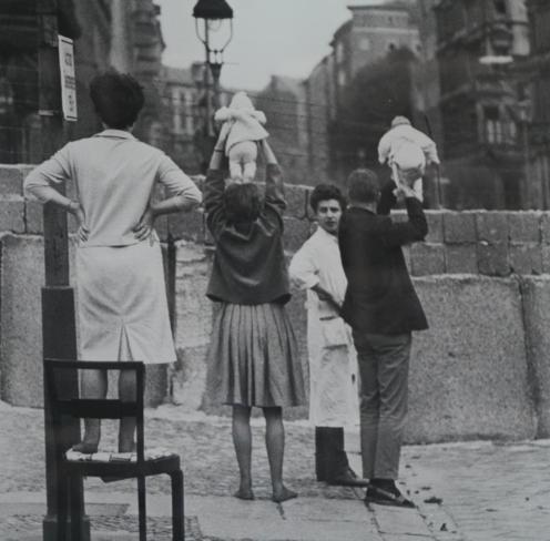 Moradores de Berlim Ocidental mostram suas crianças para os avós que residiam no lado Oriental, em 1961