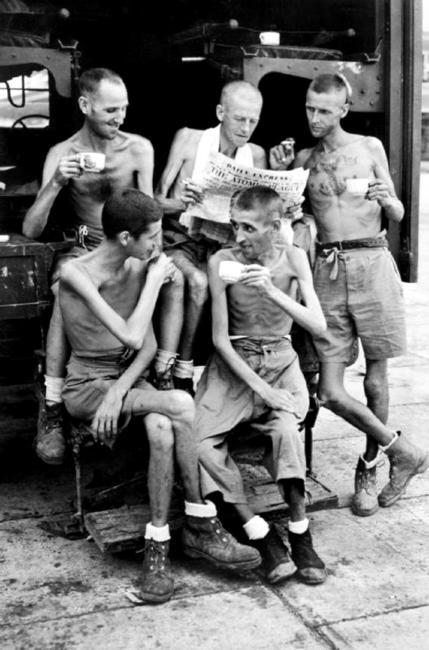 Cinco ex-prisioneiros de guerra australianos acompanham as notícias sobre os bombardeios atômicos, após sua liberação do cativeiro japonês, em 1945