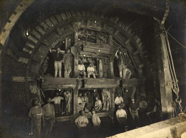 Escavação de linha de metrô de Londres, em 1898