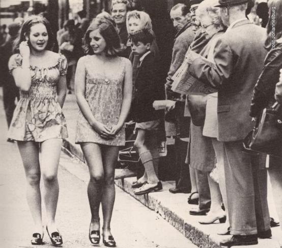 Duas garotas na rua da Cidade do Cabo, em 1965