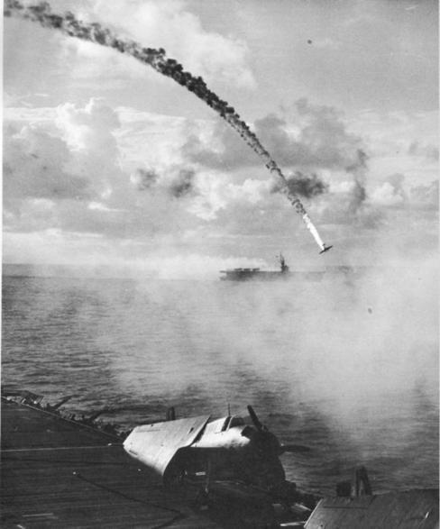 Avião japonês abatido durante Batalha de Saipan, em 1944