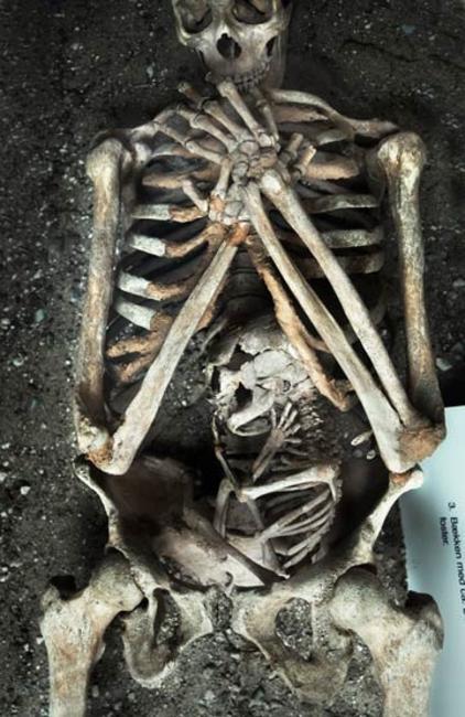 O esqueleto de uma mãe e seu bebê, que morreram durante a gestação