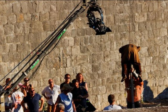 on_set_with_cast_and_crew_of_game_of_thrones_640_04