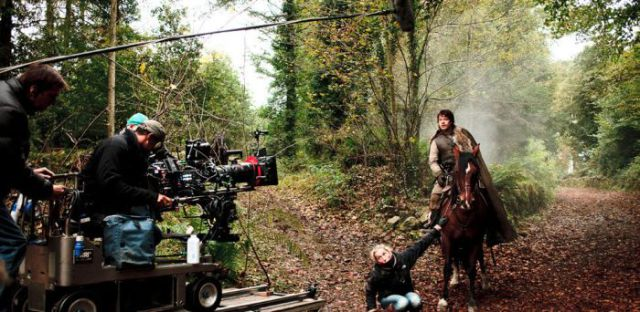 on_set_with_cast_and_crew_of_game_of_thrones_640_16