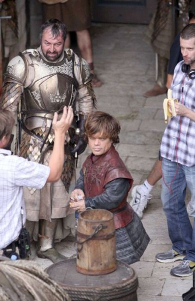 on_set_with_cast_and_crew_of_game_of_thrones_640_20
