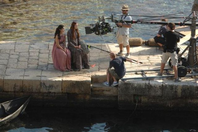 on_set_with_cast_and_crew_of_game_of_thrones_640_35
