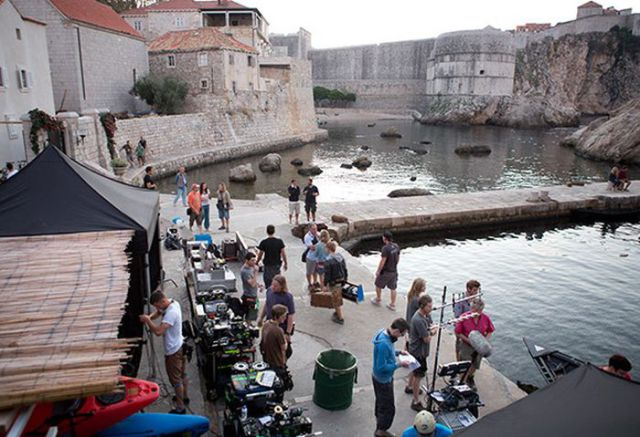 on_set_with_cast_and_crew_of_game_of_thrones_640_37
